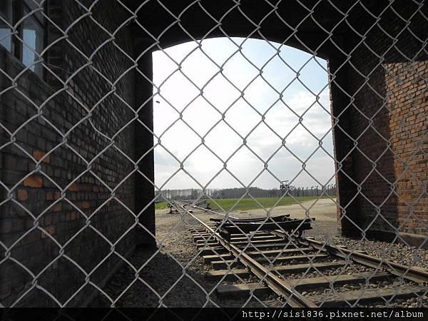 從歐洲各地運送來的猶太人一旦進入這個鐵幕就永遠出不來了…