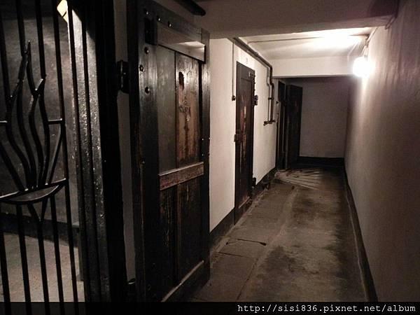 猶太人被關在這個陰冷的空間裡
