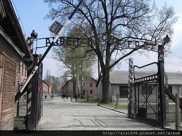 """集中營大門上寫著騙人的標語:""""工作獲得自由"""""""