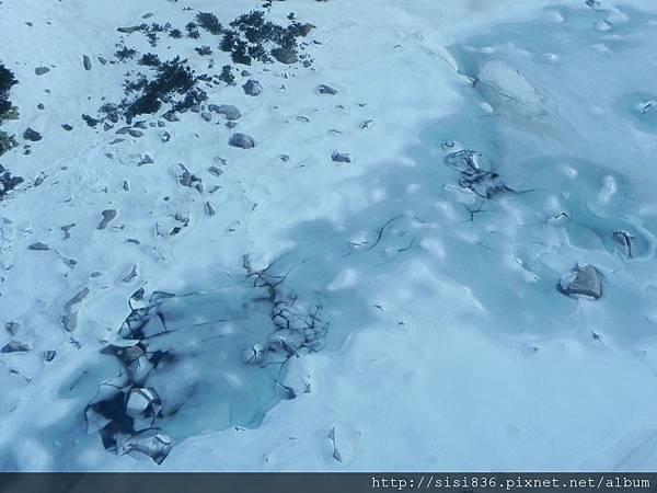 纜車行進中往地面拍的~冰裂了…