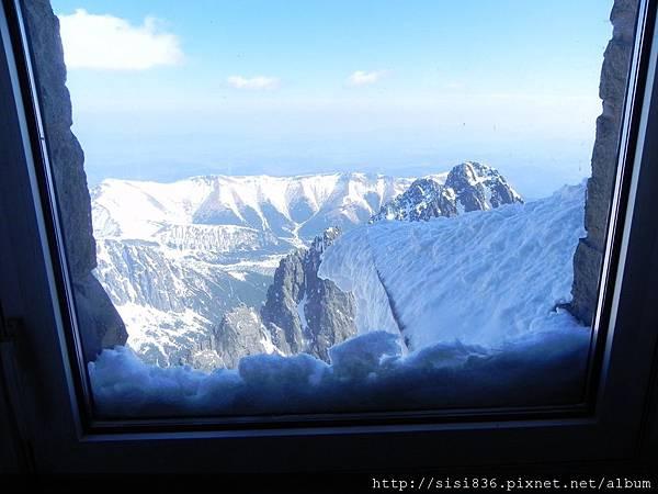 下了纜車~往室外方向行進時所看到的美麗窗景…