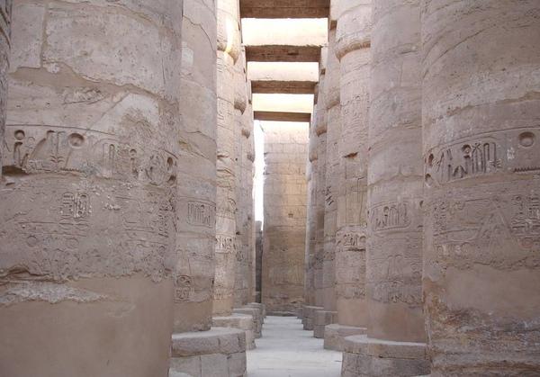 擁有134根巨型雕刻的多柱宮