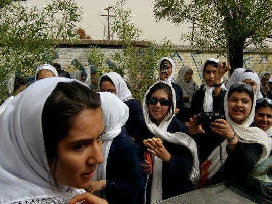 爭著跟你拍照的女學生