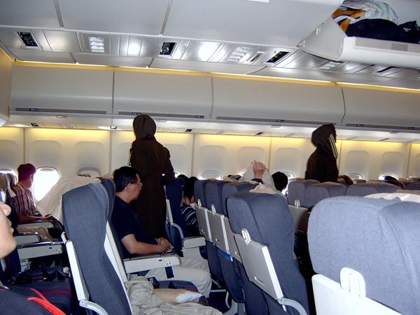 空姐也要戴頭巾喔!