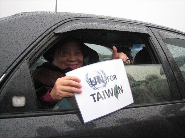 照片 067 腳痛的田媽媽 也在車子裡表示支持.JPG