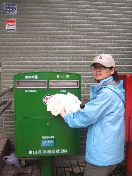 照片 097 收到這麼多支持UNforTaiwan的明信片 要從員山鄉寄去84-86信箱囉.JPG