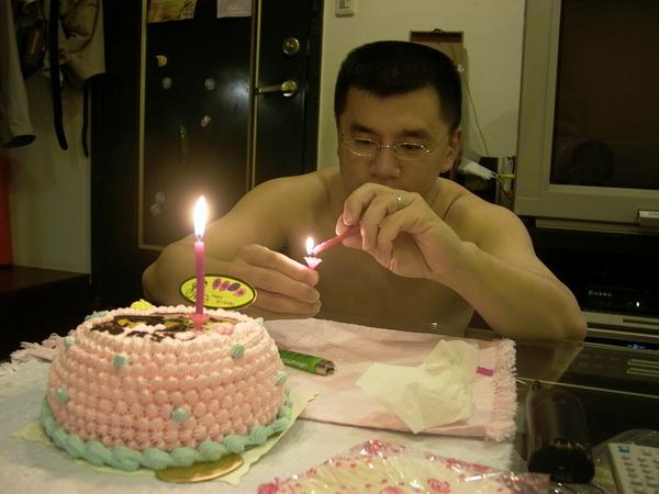 爸比為娃娃點三歲蠟燭.JPG