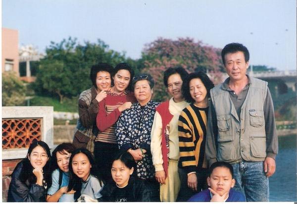 Family_中間那位是婆婆.jpg