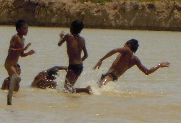 6.游泳的小孩.JPG
