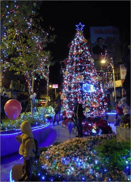 馬偕銅像前的聖誕樹.jpg