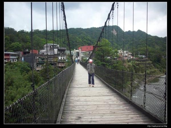 走在吊橋上.jpg
