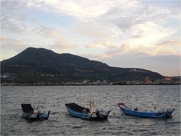 淡水河的小船.jpg