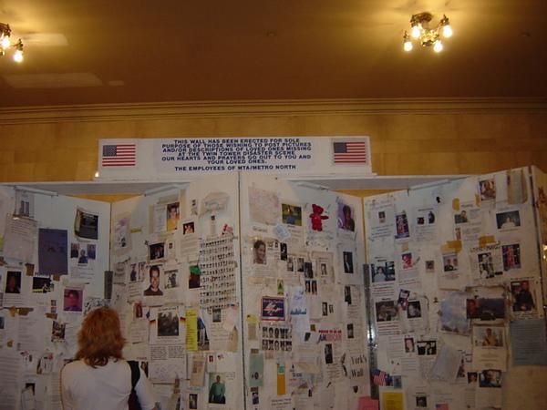 中央車站對911罹難者的懷念牆.JPG