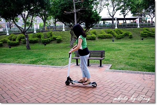 SWAGGER潮格碳纖維電動滑板車