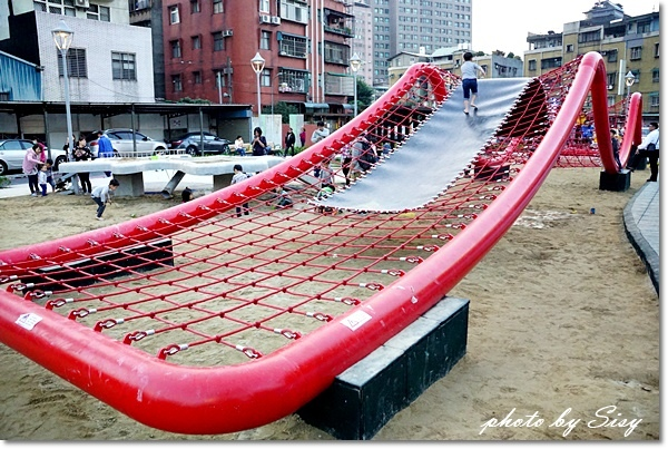 新北市中和佳和公園大型波浪攀爬網雙人鞦韆