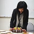 妹妹示範切蛋糕