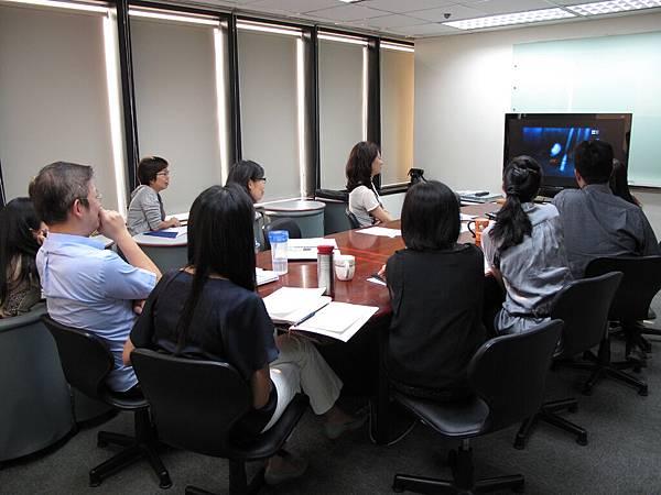 不一樣的主管會議,居然在看卡通影片