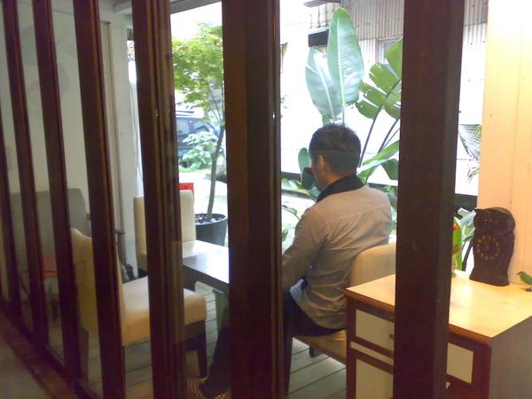 東區設計師點一杯咖啡開始他的一天