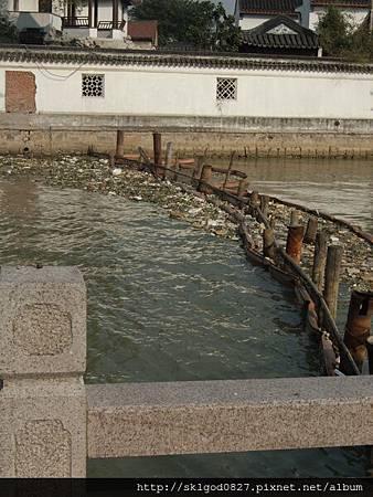 想不到它們靠這方法擋水上垃圾.jpg