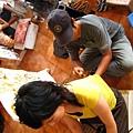社長故意選一位男藝術師幫她畫