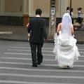 這裡就是這麼隨性,雖然我始終不知道他們穿婚紗在路上幹麻?