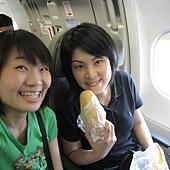 你看,上飛機前不忘要買個填飽肚子的東西