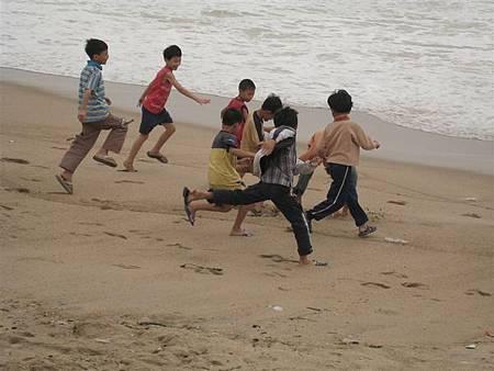 從昨天抵達Nha Trang開始,就發現這裡的沙灘幾乎是當地孩子的天堂
