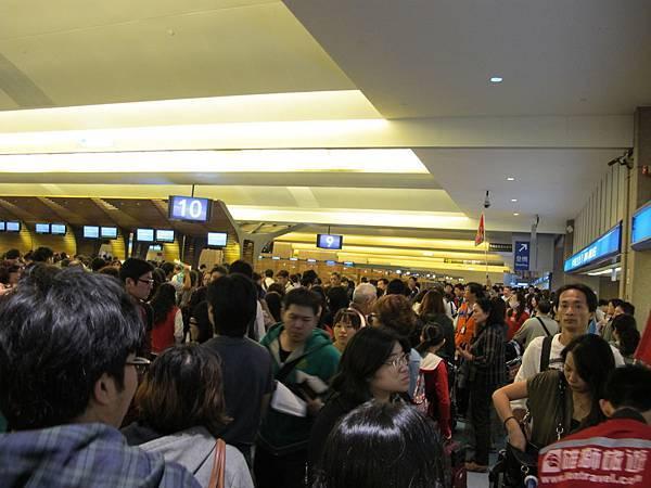 【 DAY 1 】連假前的機場,擠的水泄不通