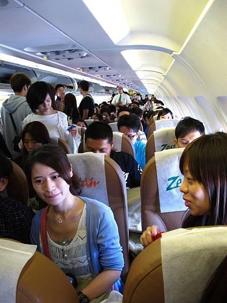 小飛機,座無虛席。