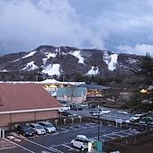 真的沒看錯,山上還在積雪。