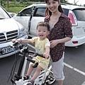 騎著他的腳踏車,終於露出笑容了