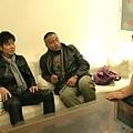 伍思凱(左起)、胡軍邊聽導演解說MV劇情,邊盤算何時插話要求喝酒劇情.jpg