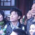 伍思凱與胡軍(右)拍喝酒歌,名正言順狂飲啤酒.jpg