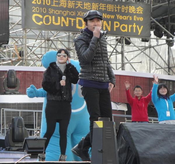 上海跨年彩排,小伍哥與內地歌手金海心合唱主題曲『上海歡迎您』1.jpg