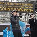 上海跨年彩排,小伍哥與內地歌手金海心合唱主題曲『上海歡迎您』2.jpg