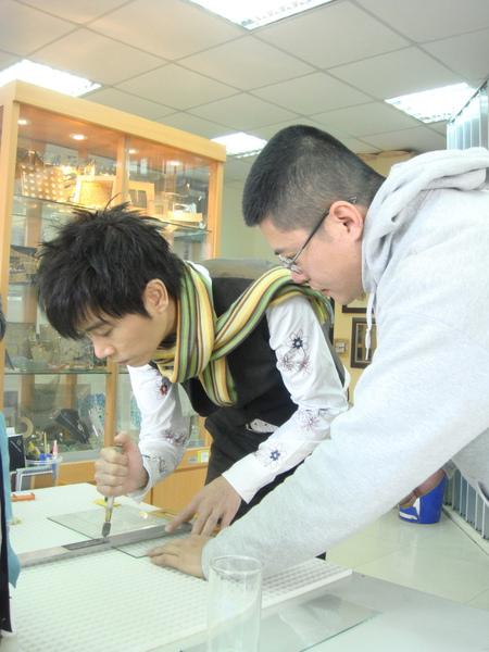 1小伍哥在工作人員指導下切割玻璃_調整大小.JPG