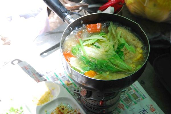 豆皮、蘿蔔、青菜,兩人一鍋,一百塊,周圍美景,無價。.jpg