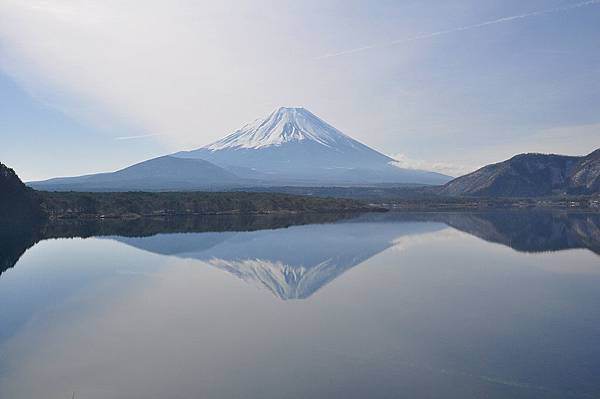 1024px-Lake_Motosu04