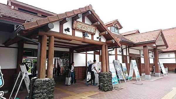 【日本東京】新宿到河口湖交通攻略:新宿高速巴士購票與搭乘,搭巴士到河口湖自助旅行_河口湖車站