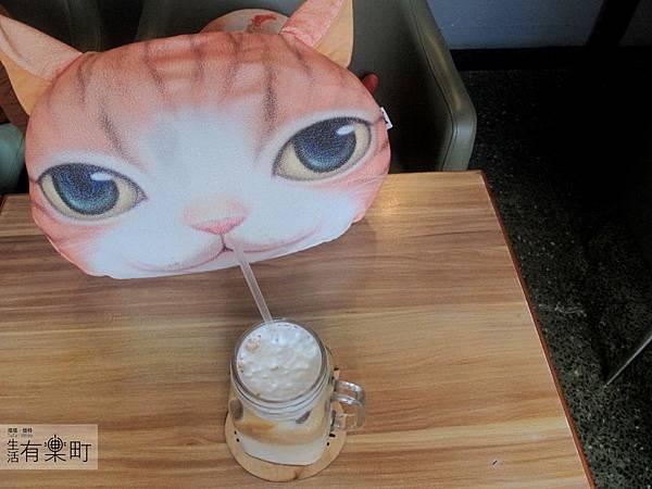 【新竹北區美食】四隻貓咖啡:隱藏版老宅手工甜點,無臉男蛋糕超推薦!貓咪喝咖啡