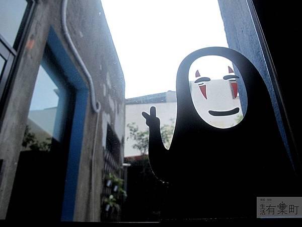 【新竹北區美食】四隻貓咖啡:隱藏版老宅手工甜點,無臉男蛋糕超推薦!窗邊無臉男