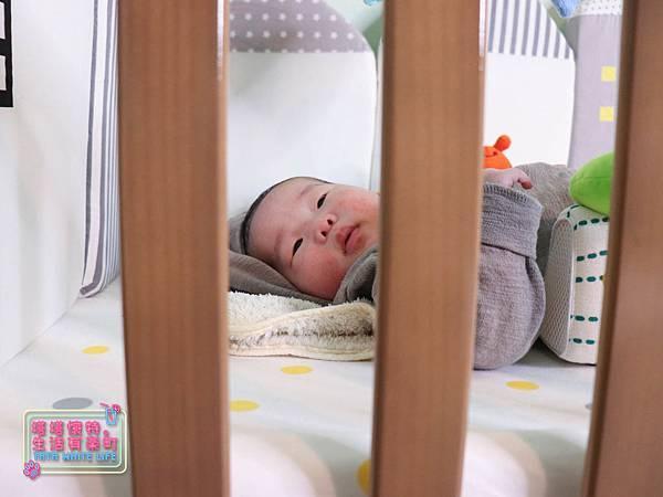 【塔塔懷特育兒好物】童心多功能成長嬰兒床:林萌之的第一張床!為寶寶挑選個舒適的好床!嬰兒床、坐臥床、沙發床三合一,可以從新生兒睡到四歲喔~奧斯卡大床使用心得分享-7116.jpg