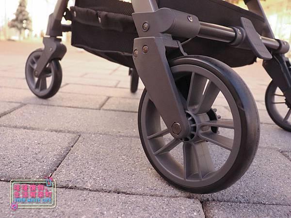 【塔塔懷特育兒好物】Zooper Jazz2嬰兒車開箱與心得分享:林萌之的第一台嬰兒車!嬰兒就可以開始用的 Zooper Jazz,可平躺、可折疊、可登機、輕便旅行用,全能小戰車推薦!-7229.jpg
