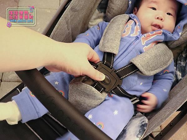 【塔塔懷特育兒好物】Zooper Jazz2嬰兒車開箱與心得分享:林萌之的第一台嬰兒車!嬰兒就可以開始用的 Zooper Jazz,可平躺、可折疊、可登機、輕便旅行用,全能小戰車推薦!-7234.jpg