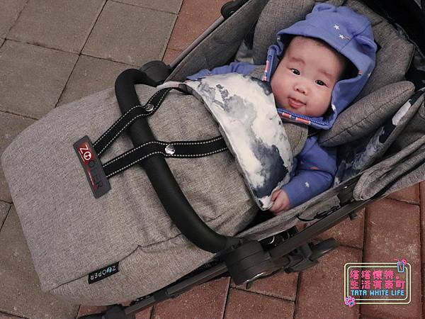 【塔塔懷特育兒好物】Zooper Jazz2嬰兒車開箱與心得分享:林萌之的第一台嬰兒車!嬰兒就可以開始用的 Zooper Jazz,可平躺、可折疊、可登機、輕便旅行用,全能小戰車推薦!-7245.jpg