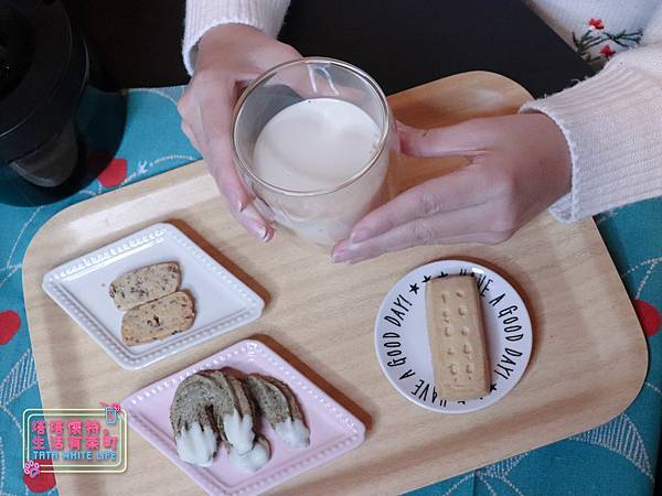 【宅配開箱】元初豆坊手作濃豆乳:超人氣濃豆漿!萃取黃豆第一道最濃醇的初漿,豆香味濃厚順口好喝,還可以自己條配豆漿紅茶喔-6008.jpg