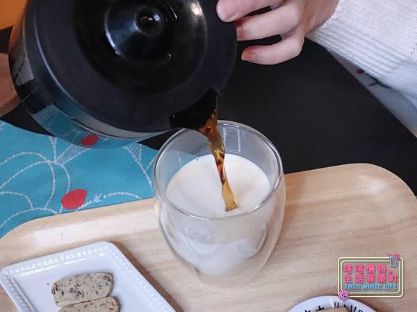 【宅配開箱】元初豆坊手作濃豆乳:超人氣濃豆漿!萃取黃豆第一道最濃醇的初漿,豆香味濃厚順口好喝,還可以自己條配豆漿紅茶喔-6012.jpg