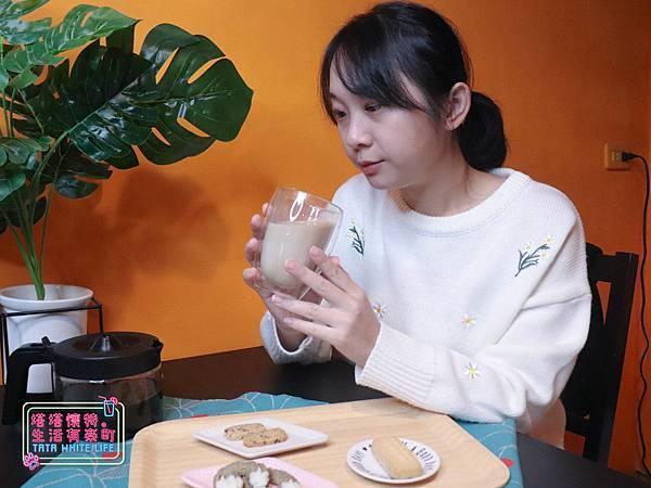 【宅配開箱】元初豆坊手作濃豆乳:超人氣濃豆漿!萃取黃豆第一道最濃醇的初漿,豆香味濃厚順口好喝,還可以自己條配豆漿紅茶喔-6019.jpg