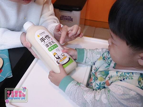 【宅配開箱】元初豆坊手作濃豆乳:超人氣濃豆漿!萃取黃豆第一道最濃醇的初漿,豆香味濃厚順口好喝,還可以自己條配豆漿紅茶喔-6035.jpg