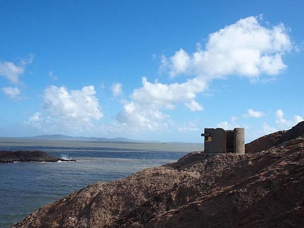 001一江山島上的軍事設施廢墟,遠處海島即為大陳島.jpg